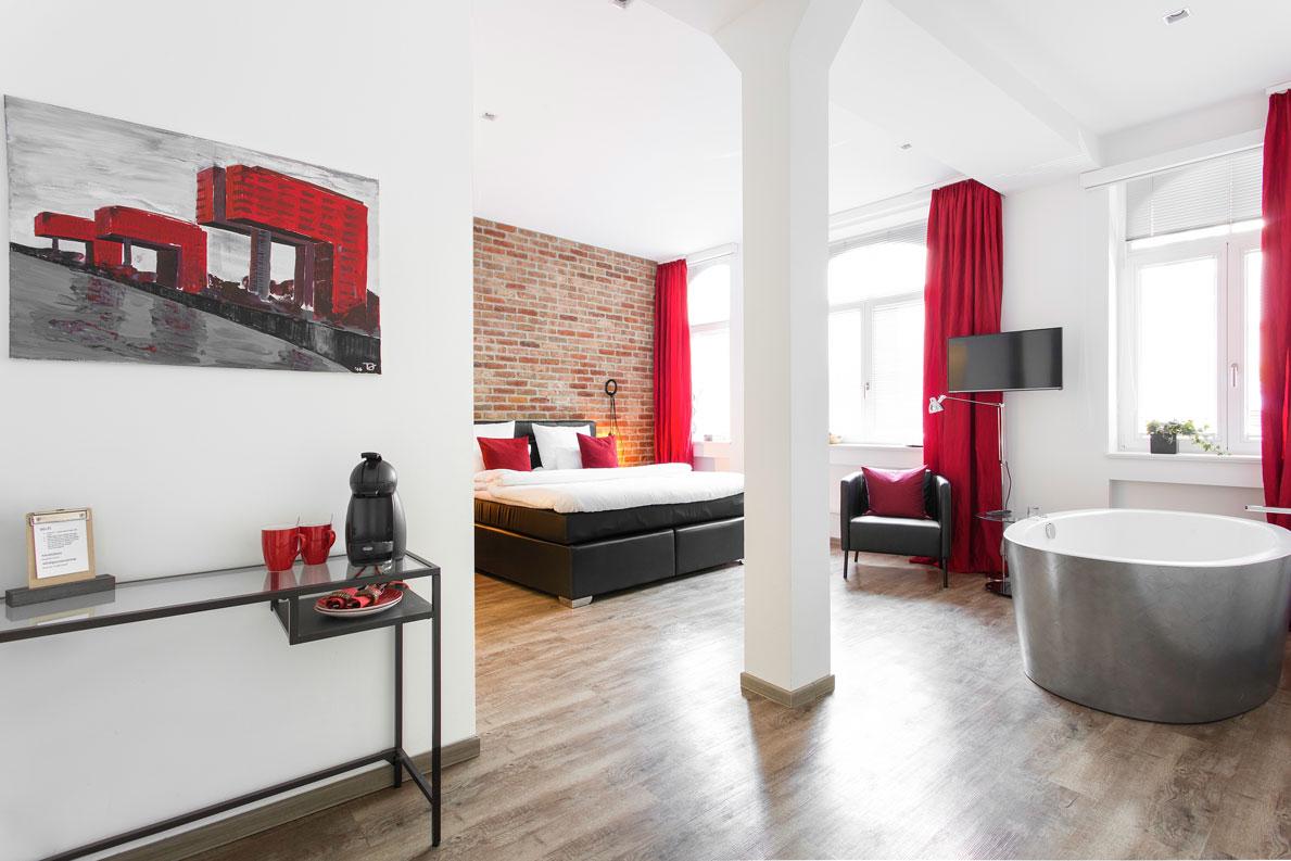 1st floor k ln au ergew hnliche zimmer mit whirlpool. Black Bedroom Furniture Sets. Home Design Ideas